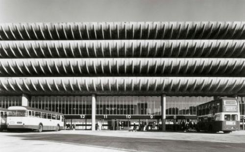 Автобусная станция в Престоне, Великобритания Воплощение брутальности конца 1960-х годов, спроектирована Китом Ингэмом и Чарльзом Уислоном из международной архитектурной фирмы BDP. Здание отличается практичным и элегантным дизайном. Кстати, до сих пор станция является одной из крупнейших в Западной Европе. Вмещает до 1100 машин и 80 двухэтажных автобусов. Примечательно, что 10 лет назад станцию чуть не снесли, но признали архитектурным шедевром и оставили в покое.
