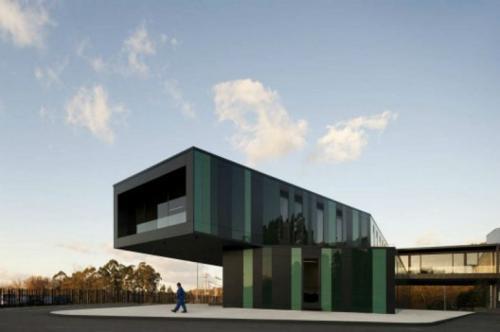 Автобусная остановка в Гимарайнше, Португалия Португальская автобусная остановка была спроектирована так, чтобы помочь решить транспортной компании «Аррива» (автобусы которой и останавливаются там) логистические проблемы.