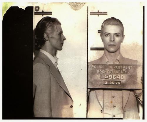 2. Дэвид Боуи Ставший легендой рок-музыки Дэвид Боуи был арестован полицией Нью-Йорка в разгар своей карьеры в марте 1976 года. После концерта Боуи вместе со своим другом Игги Попом дружно курили марихуану в отеле «Рочестер». Уверенные в своей звездной неприкасаемости, они были весьма удивлены появлением полиции.