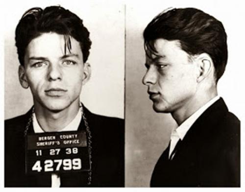 3. Фрэнк Синатра Казалось бы, как мог Фрэнк с таким положительным имиджем оказаться за решеткой? Но факт остается фактом: в 1938 году певец был арестован за связь с замужней женщиной. На тот момент в США это считалось серьезным преступлением, и такой «проступок» вполне мог стоить Фрэнку карьеры. Позже обвинение было смягчено, а со временем дело и вовсе закрыли.