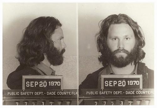 5. Джим Моррисон В 1970 году Джим Моррисон был обвинен в непристойном поведении и произношении на публике нецензурных слов во время концерта группы The Doors в Майами. В своих стихах и песнях Джим действительно не стеснялся в выражениях, но то, что сейчас рок-звезды позволяют себе говорить со сцены, в то время считалось серьезной причиной для ареста.