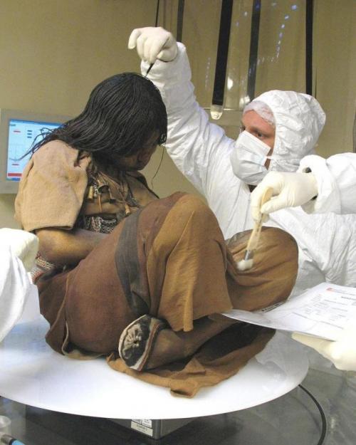 Ледяная дева инков, Перу Мумия девушки 14-15 лет была найдена на склоне вулкана Невадо-Сабанкая на просторах Перу в 1999 году. Эксперты предполагают, что подростка и еще нескольких детей отобрали для жертвоприношения из-за красивой внешности. Было найдено три мумии, которые, в отличие от бальзамированных египетских, подверглись глубокой заморозке. Тело семилетнего мальчика подвергли изучению, а вот исследовать останки шестилетней девочки ученые пока не решаются. Вероятно, в нее некогда попала молния, что может сказаться на точности результатов исследования.