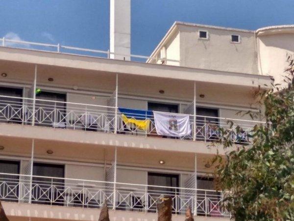 «Акт агрессии»: в Греции из отеля выгнали украинцев за вывешенные флаги