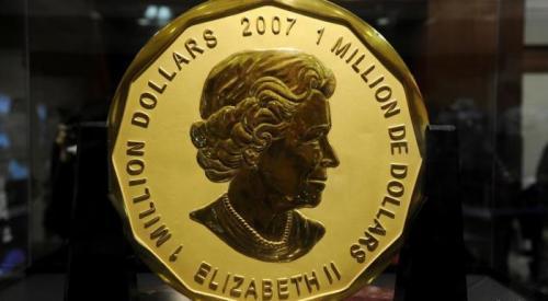 5. Миллион долларов с изображением Елизаветы II, 2007 год В 2007 году канадцы выпустили монету, чей номинал поражает воображение: целый миллион долларов, заключенный в одном кругляше! Став рекордно дорогой в плане номинальной стоимости, она поразила ещё и своим материалом изготовления, который, по заверениям самих изготовителей, состоит из ста грамм золота, чистота которого – 99,99%. На аверсе изображена британская королева Елизавета II, а на реверсе – кленовые листы. Служила эта монета, как ни странно, способом продвижения других монет, изданных в Канаде и имевших отображения листа. А не так давно было куплено всего пять монет. Одну из них продали на аукционе десять лет назад за 4,02 миллиона доллара.