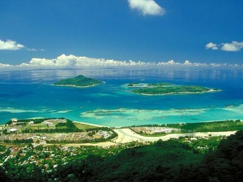 2. Сейшельские Острова Сейшельские Острова занимают площадь 455 кв километра, с населением 84 тыс. человек. Архипелаг расположен севернее Мадагаскара и состоит из 115 островов Индийского океана. Островам удалось развиться благодаря экспорту кокоса, ванили и корицы. Но с 1976 года, когда страна обрела независимость, главным источником доходов стал туризм.