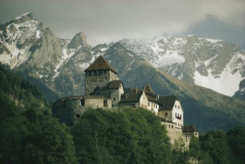 3. Лихтенштейн Это государство не имеет выходов к морю. Площадь страны 160.4 кв. километра. Лихтенштейн граничит со Швейцарией и Австрией и является одним из самых богатых государств. Здесь зарегистрировано больше компаний, чем жителей.