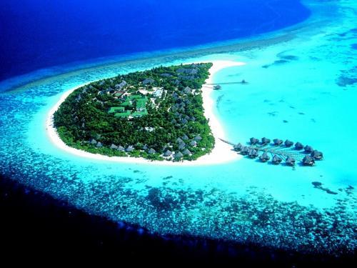4. Науру Науру расположена на юге Тихого океана в Микронезии. Площадь государства составляет 21.3 кв. километра. Республика Науру является самой маленькой островной нацией в мире. Они получили независимость в 1968 году, но домом для аборигенов остров был в течении 3 тысяч лет. На сегодняшний день население страны примерно 9 тыс. человек. У государства Науру нет вооруженных сил.