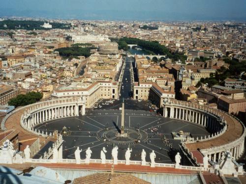 5. Ватикан Ватикан — закрытый город-государство, расположенный в одном из районов Рима и занимающий площадь в 44 гектара. Он был основан в 1929 году и управляется Папой Римским. Ватикан может похвастаться самыми красивыми в мире зданиями – Сикстинская капелла, Собор Святого Петра, резиденция Папы – Апостольский дворец и др. Кроме того половину территории страны занимают Ватиканские сады. Официальными гражданами Ватикана являются примерно 800 человек, а несколько тысяч итальянцев ежедневно ездят сюда на работу.