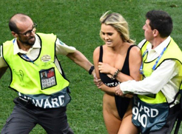 Девушка в купальнике, выбежавшая на поле в финале Лиги чемпионов, стала звездой Сети (ФОТО, ВИДЕО)