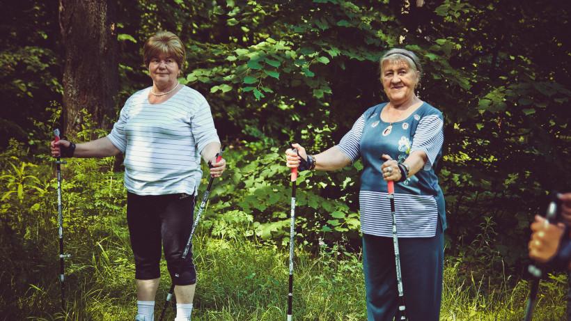 Пенсионеры занимаются скандинавской ходьбой