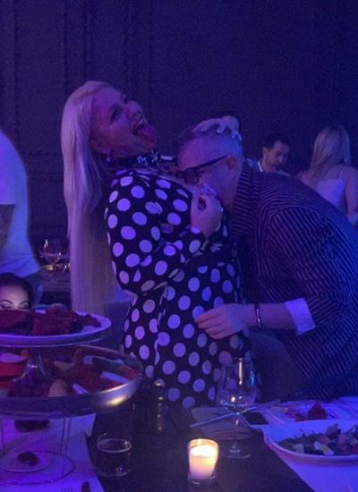 Фото целующего неизвестную блондинку в грудь Константина Меладзе шокировало фанатов