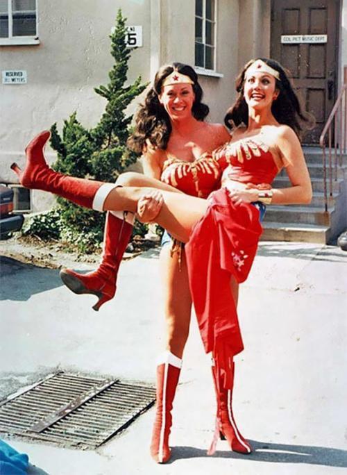 Линда Картер и ее дублер Джинни Эппер на съемках «Чудо-женщины».