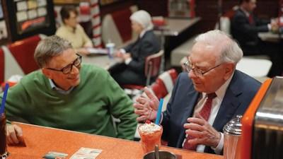 Гейтс и Баффет обслужили клиентов американской забегаловки