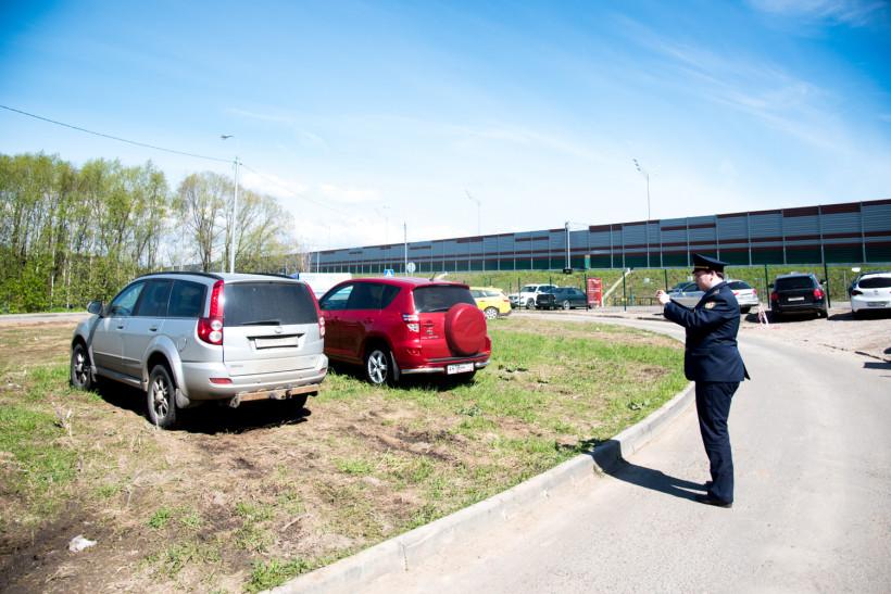 Инспекторы Госадмтехнадзора пресекли более 300 случаев парковки на газонах в Люберцах