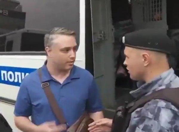 «Это лайфхак?»: видео задержания американца на марше в Москве стало хитом в Сети