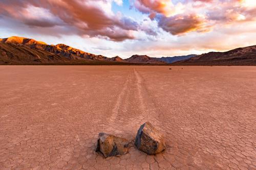 Это место является наиболее засушливым национальным парком в США, расположенном к востоку от горного хребта Сьерра-Невада в штате Калифорния, США, а также в небольшом анклаве в штате Невада.