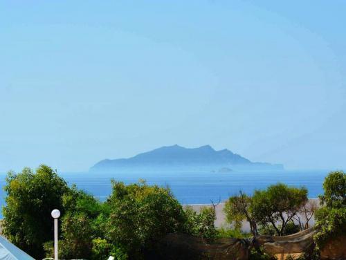Это небольшой прибрежный город в северо-восточной части Туниса примерно в 100 километрах от столицы государства. Город располагается на верхушке полуострова Кап-Бон в гувернорате Набуль.