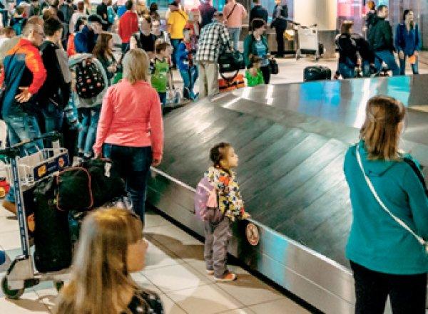 """Коллапс в Шереметьево: пассажиры часами """"выстаивают"""" свой багаж (ВИДЕО)"""