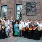 Мемориальную доску Людмилы Зыкиной установили на фасаде дома на Котельнической набережной