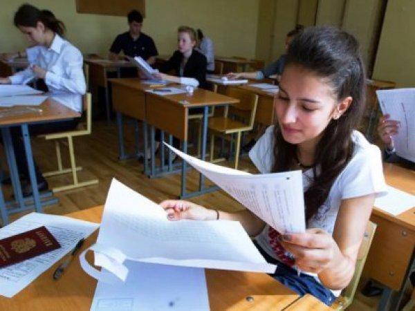 Российские выпускники сдают ЕГЭ по русскому языку