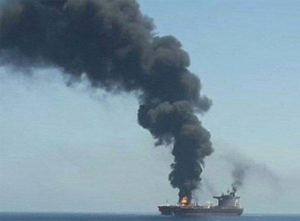 С горящего танкера в Оманском заливе сняли 11 россиян (ВИДЕО)