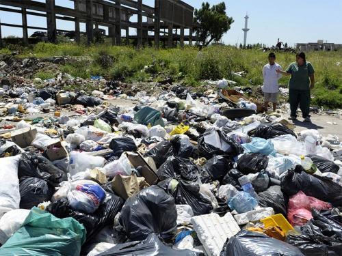 7. Матанса-Риачуэло, Аргентина — промышленное загрязнение. Около 15 тысяч компаний сбрасывают токсичные отходы прямо в реку Матанса-Риачуэло, которая протекает через столицу Аргентины Буэнос-Айрес. Люди, которые живут там, почти не имеют источников чистой питьевой воды. Здесь высокий уровень заболеваний, связанных с диареей, онкологии и респираторных заболеваний, который достигает 60% среди 20 тысяч человек, живущих на берегах реки.