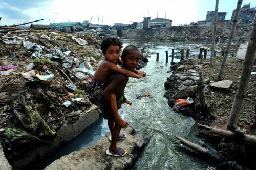6. Хазарибагх, Бангладеш — кожевенное производство. Около 95% зарегистрированных кожевенных фабрик в Бангладеш находятся в Хазарибагхе, районе в столице страны Дакке. Здесь используются устаревшие и запрещенные в других странах методы выделки кожи, не говоря уже о том, что все эти производства выбрасывают около 22 тысяч куболитров токсичных химикатов в крупнейшую реку. Шестивалентный хром, который содержится в этих отходах, вызывает рак. Жители вынуждены мириться с высоким уровнем респираторных и кожных заболеваний, а также с кислотными ожогами, тошнотой, головокружениями и зудом.