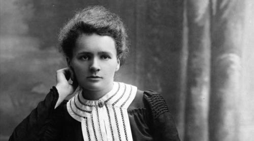 4. Мария Кюри (IQ 185) Мария Кюри тоже не стала исключением. Будучи франко-польским химиком и физиком, в основном известным своей работой в сфере радиации и всего, что с ней связано, она обладала высоким показателем ума, а именно – 185 баллов. Именно это и стало причиной, по которой она получила целых две премии имени Нобеля в области не только физики, но и химии в частности. Это и сделано её самой известной женщиной в области науки, которой восхищаются и по сей день. Чтобы перечислить все её грандиозные открытия и предложения, потребуются ещё сотни тысяч страниц. Ведь она сыграла большую роль в формировании современного мира, и об этом всегда будут помнить.