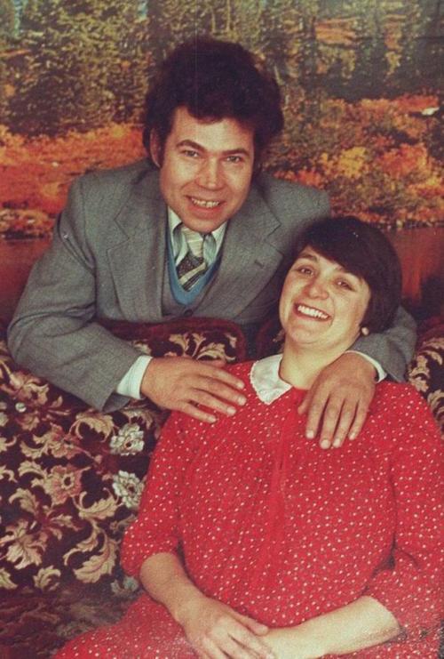 3. Фред и Розмари Уэст Одна из самых печально известных и страшных пар серийных убийц в истории. У обоих было сложное детство, и, предположительно, в их биографии имел место инцест. Хотя большая часть их убийств пришлась на период с 1973 по 1979 год, первое они совершили в 1971 году. Пока Фред сидел в тюрьме за мелкую кражу, Розмари осталась присматривать за Шармэйн — падчерицей Фреда от предыдущего брака. Розмари избивала девочку, а когда та перестала плакать, Розмари взбесилась и убила малышку. Когда Фреда выпустили из тюрьмы, мать Шармэйн пришла за девочкой, но пропала. Предположительно, Фред ее убил.