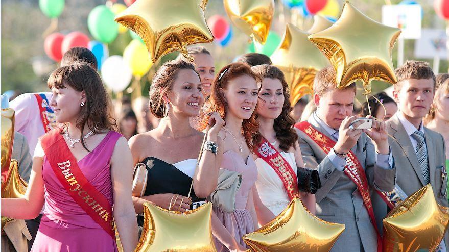 Свыше 2 тыс. выпускников Балашихи станцевали вальс на общегородском выпускном балу