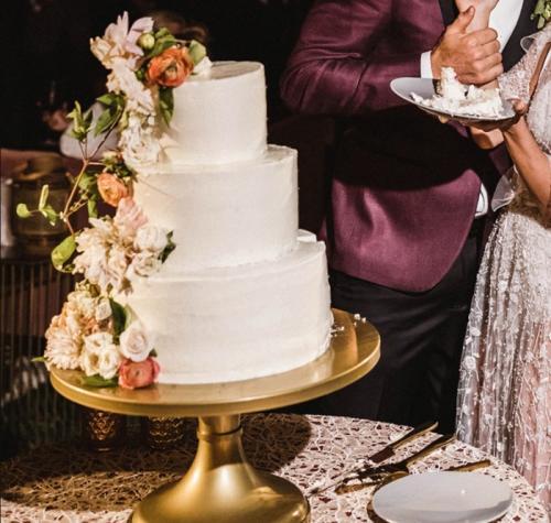 2. Джулианна Хаф и Брукс Лайк На свадьбе этой звёздной пары был простой белый свадебный торт со спиралью разноцветных сахарных цветов поперёк торта. Это была идеальная смесь простого и слегка забавного. Поскольку Джулианна любит фрукты, то каждый ярус торта состоял из четырёх слоёв: слой клубники, слой ежевики и слои малины между ними.