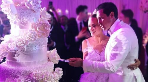3. Максим Чмерковский и Пета Маргатройд Четырёхъярусный свадебный торт с розовым оттенком, невообразимым количеством цветов и жемчуга стал объектом всеобщего внимания на свадьбе этой пары. И судя по всему, главный кондитер с поставленной перед ним задачей справился на все сто, ведь невеста осталась более чем довольна, радостно сообщая о том, что это так круто и гламурно, всё, как она хотела.