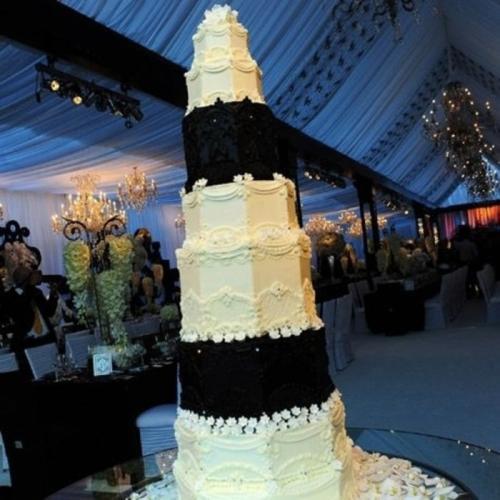 4. Крис Хамфрис и Ким Кардашьян Этот чёрно-белый (мраморный) торт обошёлся паре в двадцать тысяч долларов, но глядя на «произведение искусства», закрадываются сомнения, стоил ли он таких денег.