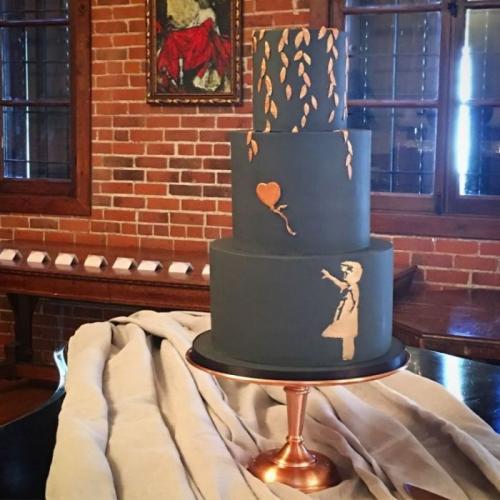 5. Бриттани Даниэль и Адама Туни Это единственный полностью чёрный торт, который у нас есть в этом списке, и некоторые могут утверждать, что для свадьбы нужен белый торт, но этот исключение. На простом чёрном фоне была изображена точная копия девушки с воздушным шаром стрит-арт художника Бэнкси, которая была нарисована с использованием оранжевой помады.