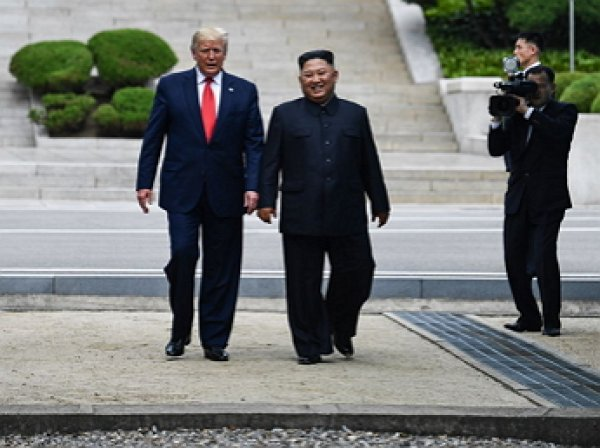 Трамп стал первым в истории президентом США, посетившим КНДР