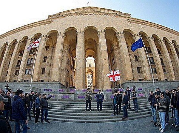 В Тбилиси начался штурм парламента: российские дипломаты под охраной покинули здание