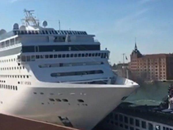 В Венеции круизный лайнер протаранил прогулочное судно и причал