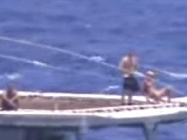 Запад восхитили загорающие на палубе российские моряки во время сближения скрейсером ВМССША