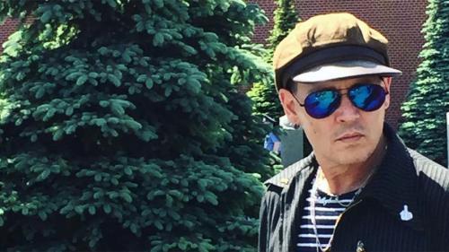 Однажды в интервью Джонни Депп признался, что очень восхищается «серьезной историей» нашей страны и когда-нибудь хочет познакомиться с ее культурой поближе. Есть места, которые я очень хотел бы посмотреть и просто не успеваю, потому что команда тебя тащит по своим важным делам. Но я хотел бы сюда еще приехать и глубоко прочувствовать Россию. Кстати, когда актер приезжал в Москву во второй раз — это произошло в 2013 году в рамках промотура «Одинокого рейнджера» — он произнес со сцены название фильма на чистом русском языке.