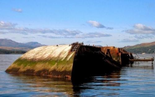 Captayannis Captayannis был греческим грузовым судном, основной задачей которого являлась перевозка сахара. В 1974 году во время шторма корабль серьезно пострадал от столкновения с танкером: якорные цепи последнего повредили корпус Captayannis, и внутрь стала поступать вода. Капитан попытался направить корабль на мелководье, где он успешно застрял на песчаной отмели. Однако на следующее утро судно перевернулось и до сих пор лежит там. Мародеры вынесли из корабля все что можно, и теперь он потихоньку покрывается растительностью и служит домом для множества птиц. Местные жители по-простому называют его «сахарный корабль» и с радостью показывают всем приезжим.