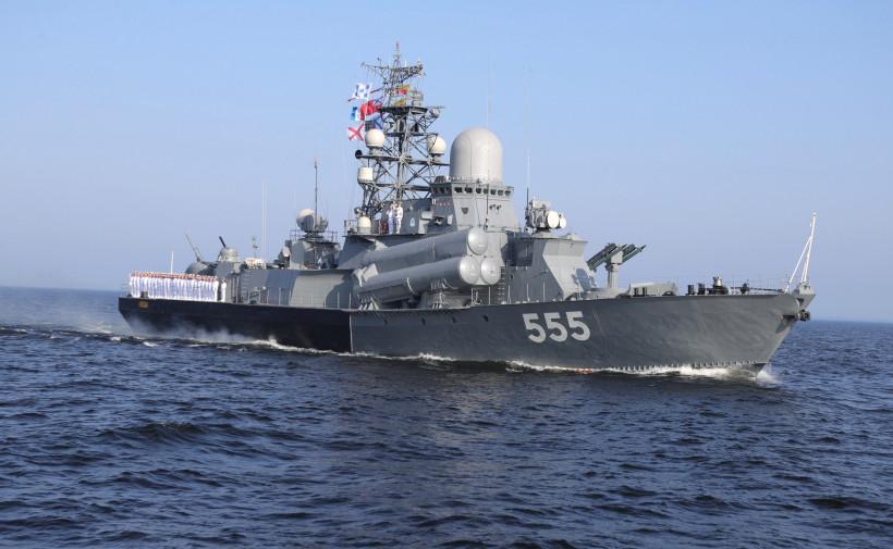 Андрей Воробьев посетил военно-морской парад в Санкт-Петербурге в честь Дня ВМФ
