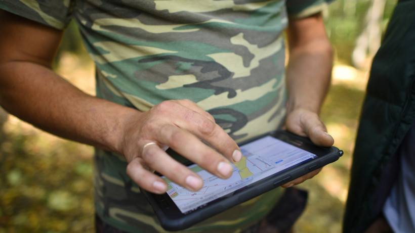 Мужчина делает записи через планшет