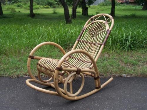 Кресло-качалка Кресло-качалка не так старо, как вы думаете. Эти кресла начали появляться в начале XVIII века в США и до сих пор пользуются популярностью у людей, страдающих болезнями спины или опорно-двигательной системы.