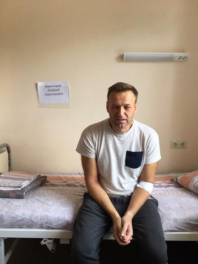 «Как будто стекловатой натерли голову»: появилось фото опухшего при госпитализации Навального