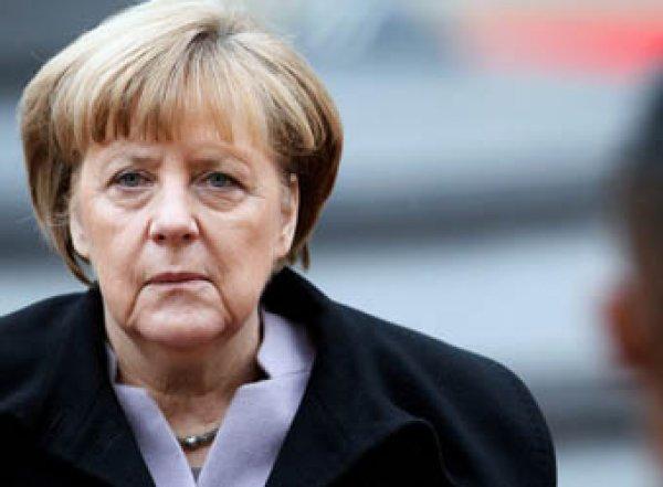 Меркель осталась сидеть во время исполнения гимна Германии