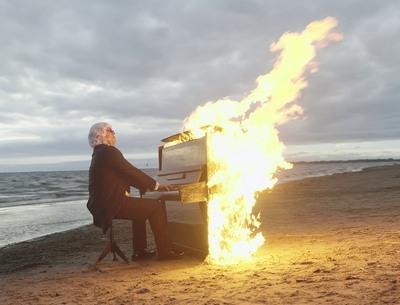 Музыкант сыграл на горящем пианино на Финском заливе