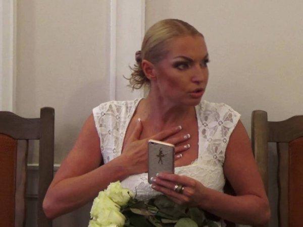 «Не просыхала»: пьяная Волочкова шокировала журналистов во время съемок фильма