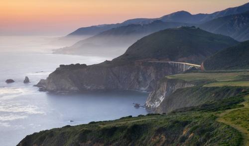 Биг Сюр Калифорния Big Sur лучше всего выглядит из окна машины: длинный спуск по одному из самых скалистых побережий Калифорнии, с видом на Тихий океан, способен впечатлить и самого бывалого туриста.