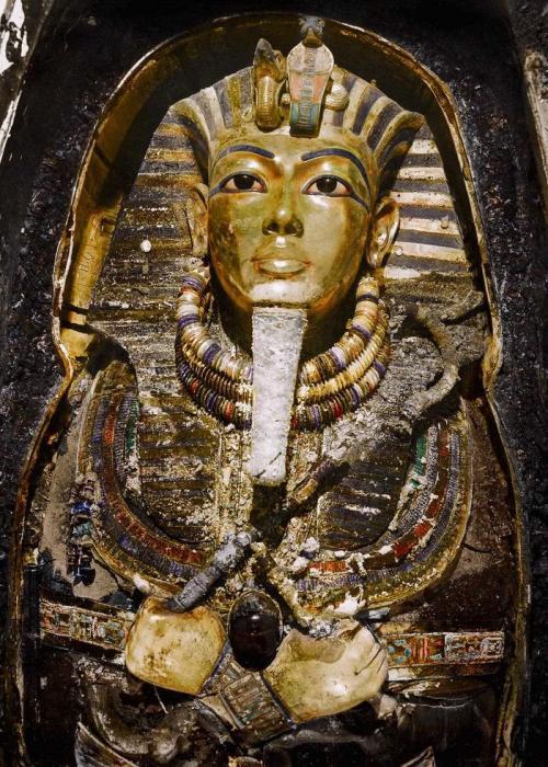 Ноябрь 1925 года. Посмертная маска Тутанхамона. Несмотря на следы того, что в гробницу дважды наведывались древние грабители, содержимое комнаты оставалось практически нетронутым. Гробница была напичкана тысячами бесценных артефактов, в том числе здесь находился саркофаг с мумифицированными останками Тутанхамона.