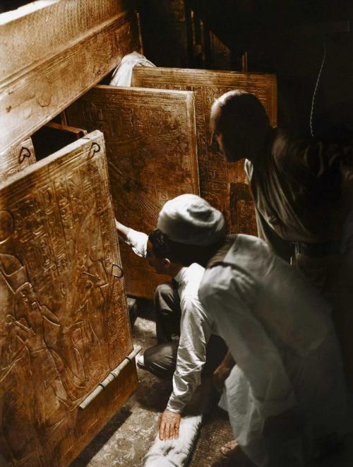 4 января 1924 года. Говард Картер, Артур Каллендер и египетский рабочий открывают двери, чтобы впервые взглянуть на саркофаг Тутанхамона. Каждый объект в гробнице был тщательно описан и каталогизирован перед изъятием. Этот процесс занял почти восемь лет.